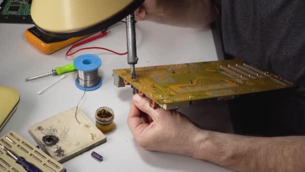 Techniker elektronisches Löten und Reparieren von Computerchips