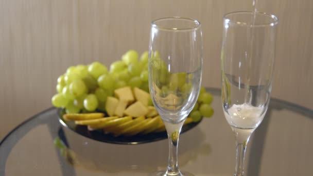 romantisches Date. Champagner in Gläsern auf einem Tisch mit Obst verschüttet