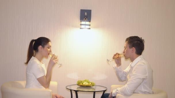 Romantisches Rendezvous eines jungen Paares mit Obst und Champagner