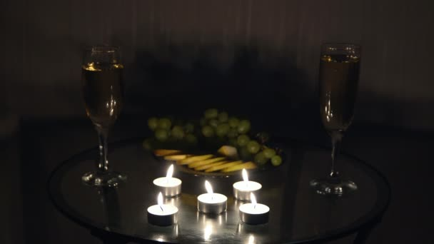 romantischer Abend mit Kerzen, Champagner und Früchten