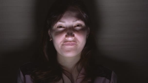 junge emotionale verrückte Frau im Dunkeln