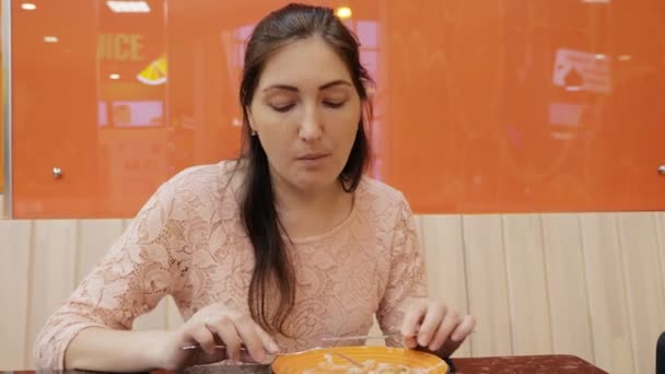 Atraktivní dívka jíst palačinku se zmrzlinou v kavárně, zblízka
