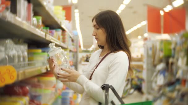 mladá žena nakupování nábytku, sklenice, nádobí a domácí výzdoba v úložišti