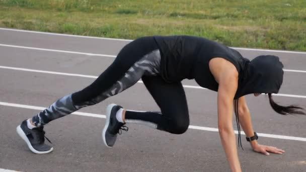 Cvičení fitness žena školení abs posadit venkovní. Mladá dívka dělá cvičení trénovat tělo jádra.