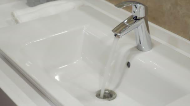 Otevřené chrome umyvadlem kohoutek v koupelně