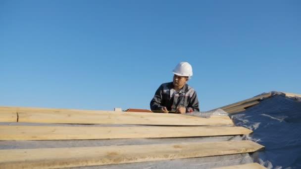 Muž měřící dřevo venku