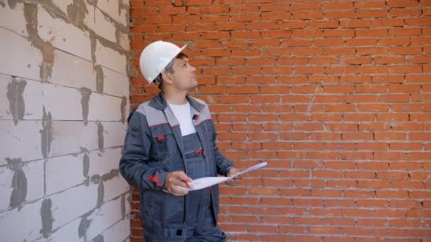 Pracovní muž s návrhy na místě