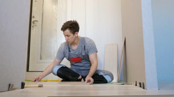 Muž vrstvení palubek a dřeva
