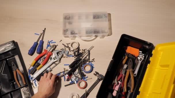 mužské ruce sestavuje nástroje v krabici