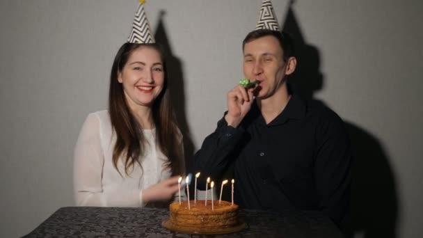 Usmívající se pár slaví svátek hrál s party dmychadla