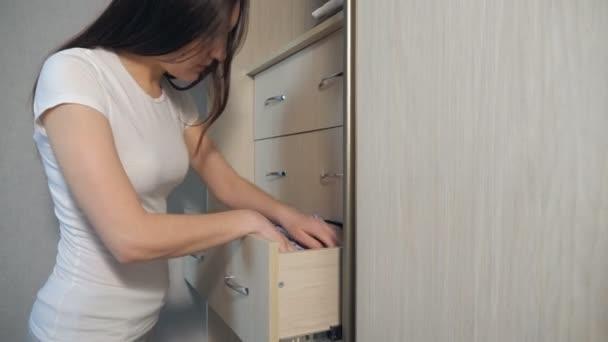 Hausfrau organisiert Kleidung im Kleiderschrank, Nahaufnahme