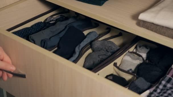 die Schublade mit Unterwäsche im Schrank.
