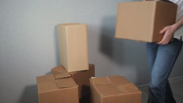 Unbekannter Lieferservice-Mann legt viele Pappkartons und Kartons fallen