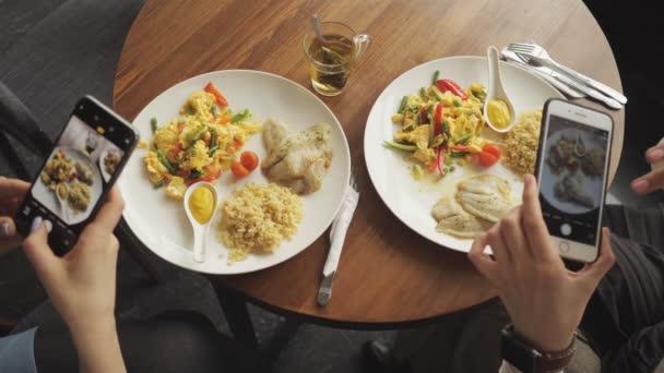 Ženy blogger vyfotil její jídlo v kavárně pomocí mobilního telefonu.