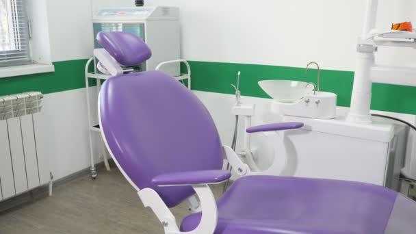 Stomatologická židle a ostatní příslušenství používané zubními lékaři v zubní kanceláři.