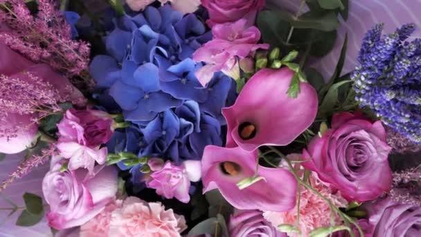 Gyönyörű csokor lila színben, különböző friss virágokkal, Vértes kilátással.