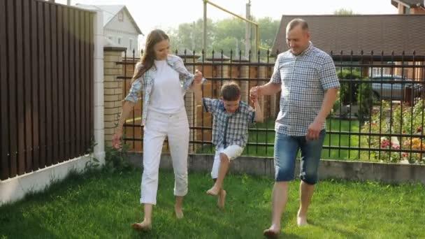 malý chlapec v bílých trenkách má matku a otce ruce