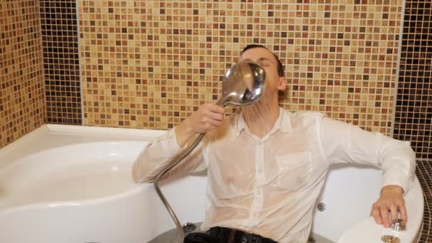 opilý obchodník v košili a kalhotách leží ve vaně