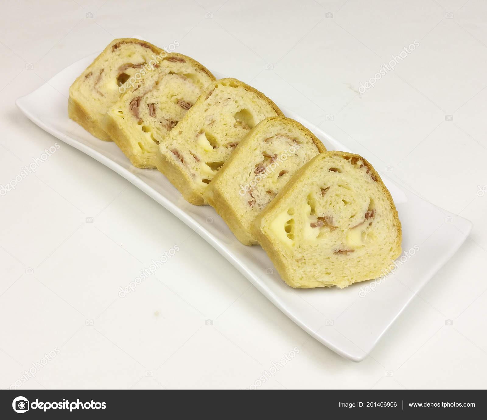 Herzhafte Kuchen Mit Salami Schinken Und Kase Auf Weissem Hintergrund