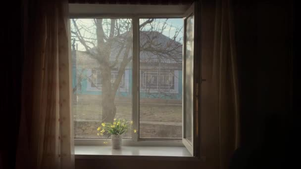 Blick aus dem Haus auf das Fenster. Dramatisches Bild. 4k.