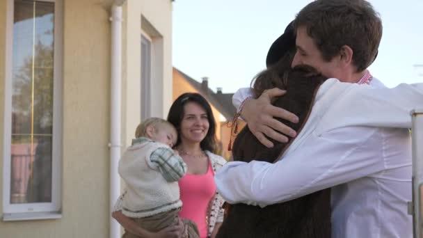 Přátel navštivte rodinný dům. Jsem rád, že vidět navzájem. Usmíval se a objímání. Obliba země letní slunečný den