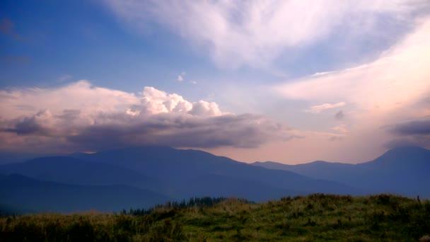 Time-Lapse mraky přejít hřeben Karpat. Večerní krajina na vrcholu hory. Ukrajina v létě 2018