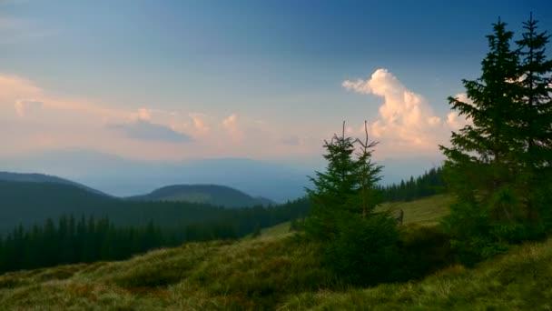 Malebné Panorama pohled na vrcholu hory. Karpatské vrcholy pohoří. Mraky lesy louky trávu