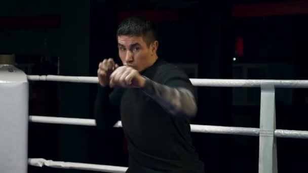 Zeitlupe Muay Thai Kämpfer Training im Boxring Tritte und Schläge schnell in die Kamera