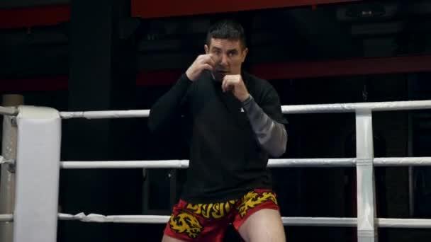 Slow-Motion Muay Thai Kämpfer Training In Boxing Ring Tritte und Schläge schnell In der Kamera