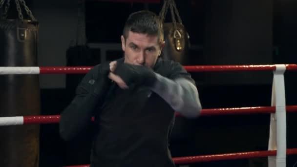 Zeitlupe Muay Thai Kämpfer bläst Stöße schnell mit Fäusten Schläge. Ausbildung im Boxring in Turnhalle