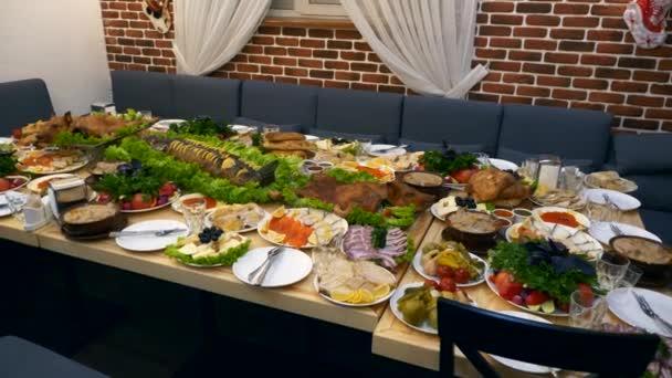 Slavnostní stůl s nepřeberné množství různých salátů smažené celé vepřové maso důležitou tržní rybou i krásně servírované Holiday