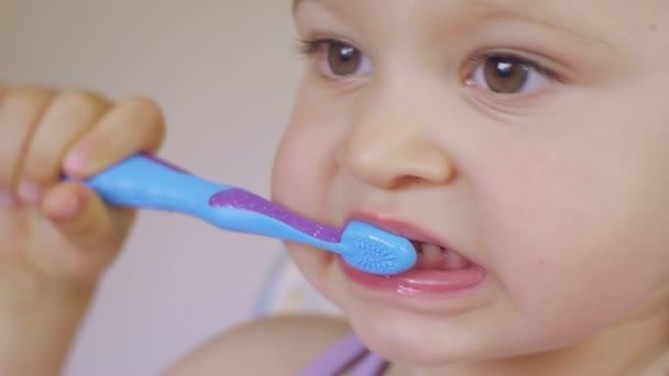 Malá holčička pilně čistit si zuby
