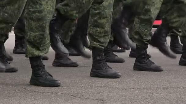 Ein Trupp Soldaten marschieren auf der Stelle