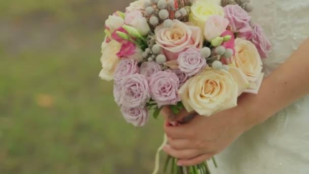 Nevěsty se drží svatební kytici růží. Svatební kytice na svatební den. Různé kytice.