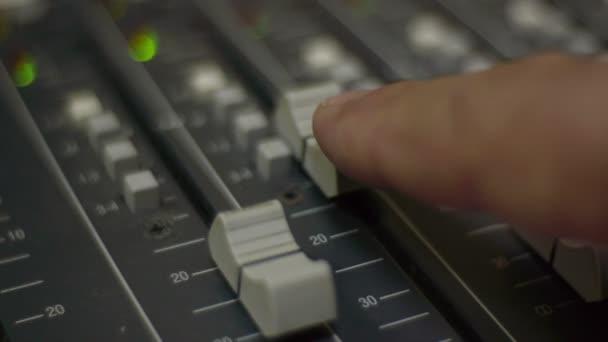 Zvukař posuvné a seřízení hladiny akustického tlaku pomocí mixážní pult.