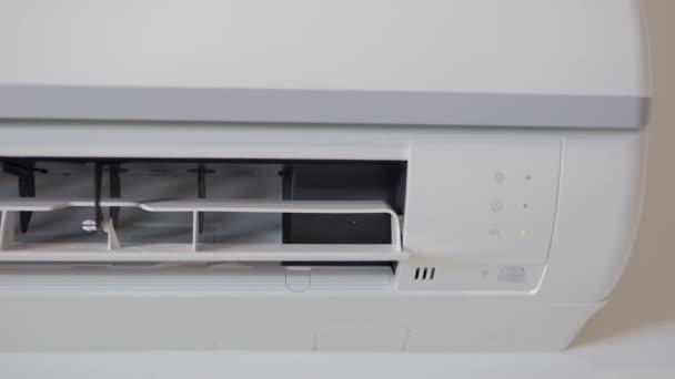 Aktivierung und Betrieb der Klimaanlage. Drehen des Laufrads der Außeneinheit