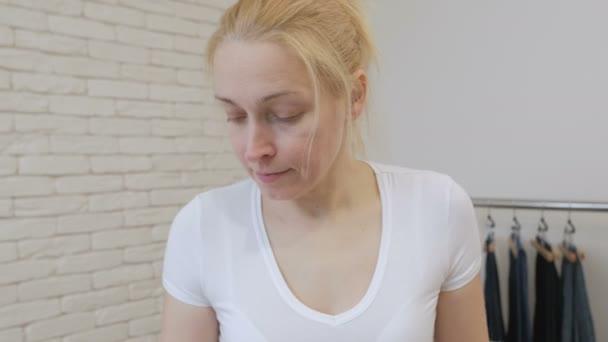 Žena v domácnosti žehlení bílou košili rukáv
