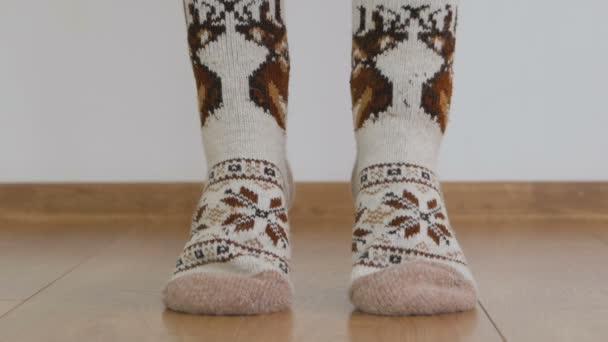 Detail ze Zenske nohy v teplé vlněné ponožky gymnastice zvedat tělo s prsty