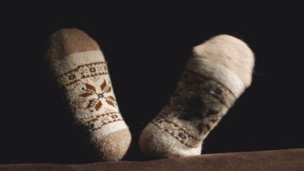 Detail kola Zenske a tancování nohy v teplé pletené vlněné ponožky s ozdobou.