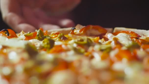loseup kéz viszi szelet meleg szép finom olasz pizzát a fából készült lemez ellen