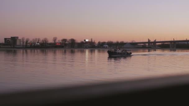 Plavba lodí na řece během slunce