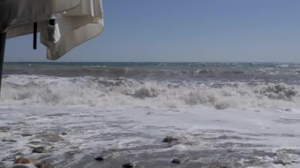 Sturm auf See. Große Wellen brechen am Sandstrand.