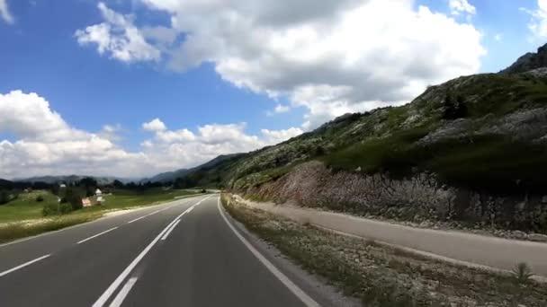 Cesta podél úpatí hory, pohybující se kupředu