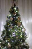 Zelený vánoční strom s věnec, vánoční koule a hračky