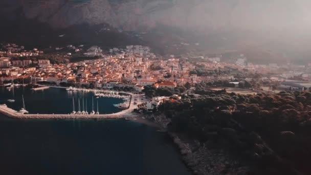 Chorvatského jadranského pobřeží dron v rozlišení 4k. V Evropě. Makarska