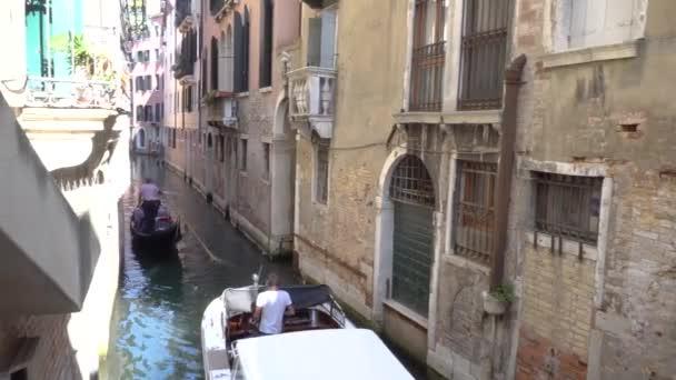 Európa. Olaszország. Velence. Úszó a csatornán, a velencei gondola