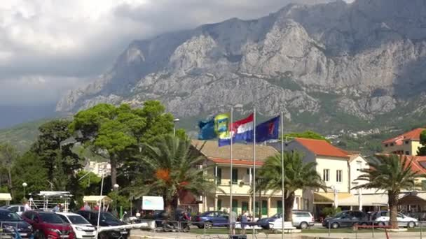 Chorvatsko. Makarska září 2018. vlajka Chorvatska Dalmácie regionu rozvíjí v větrem proti modré obloze