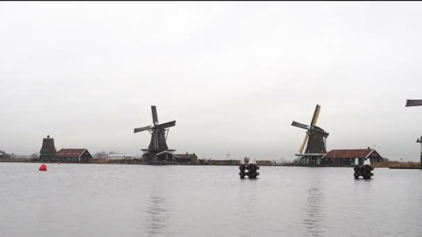 Amsterdam. Vesnice Zaanse Schanse. Zimní deštivé počasí v turistické obci Zaanse Schans.