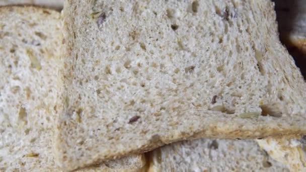 Čerstvě pečený bílý chléb na oběd