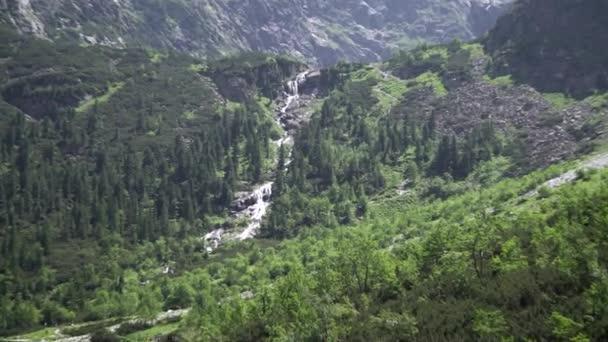 Přiblížit. Horský vodopád v polských Tatrách
